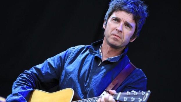 Noel Gallagher prefiere beber petróleo antes que escuchar a Alex Turner
